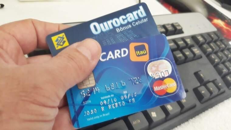 Cartão de crédito com o nome no serasa. Foto/Roberto Mendes