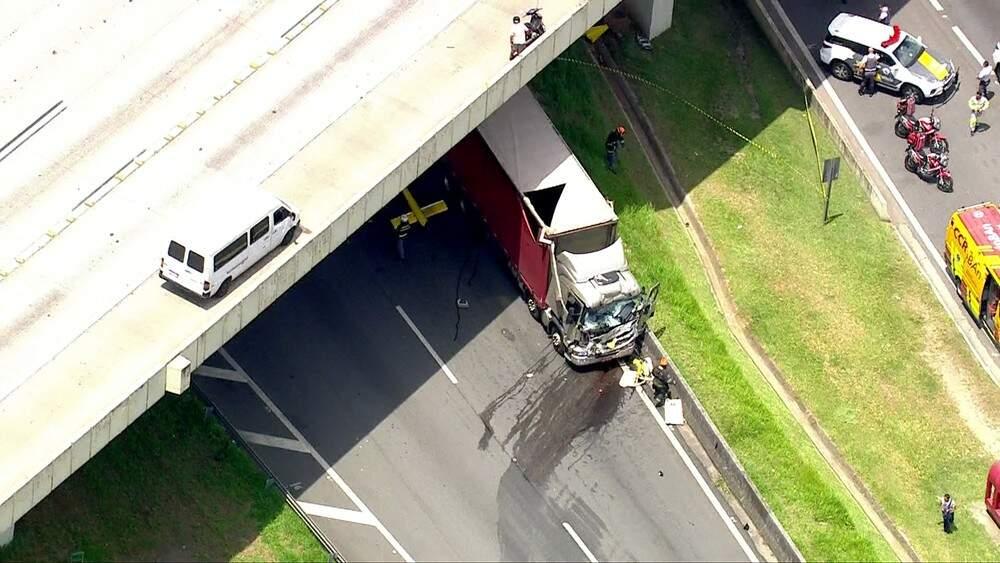 Caminhão também se envolveu em acidente com helicóptero — Foto: TV Globo/Reprodução