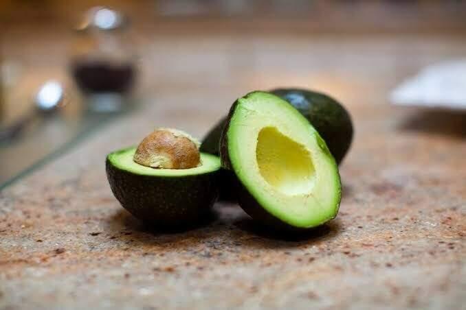 O abacate é uma fruta rica em gorduras boas. (FONTE: Google Imagens)